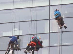 pranje-prozora-na-visinama-alpinisti