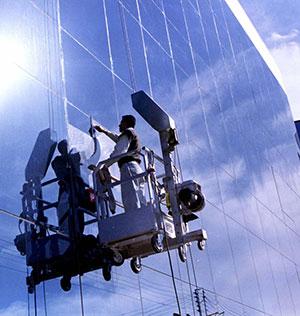 pranje-prozora-na-visinama-skelom